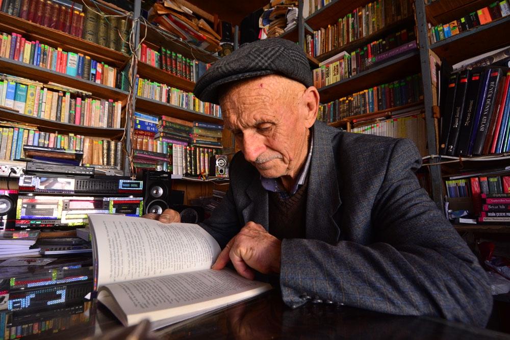 Bakkalını Kütüphaneye Dönüştüren Abdulkadir Amca