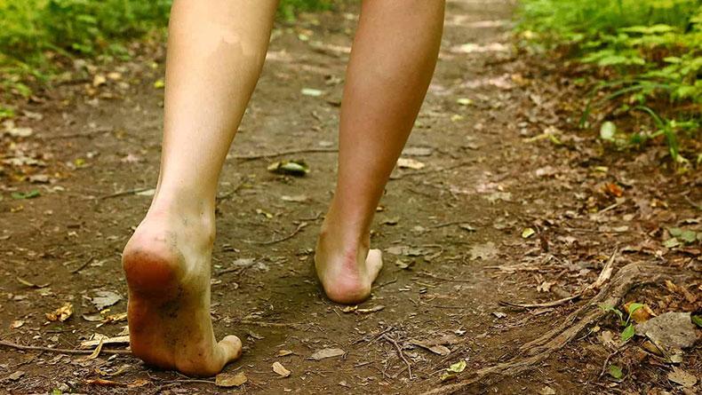 Öğrenci Kariyeri - : Çıplak Ayak İle Toprakta Yüründüğünde Vücutta Neler Oluyor ?